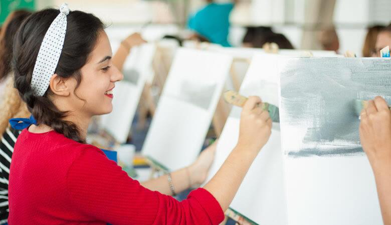 Clases de pintura en el club y trabajo social a través del arte